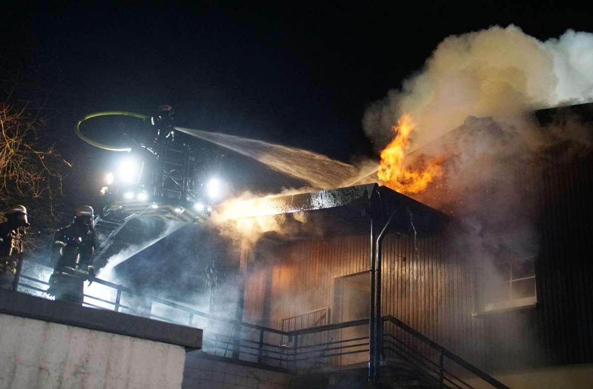 Die Feuerwehr versucht den Brand unter Kontrolle zu bekommen. Foto: SDMG/SDMG / Gress