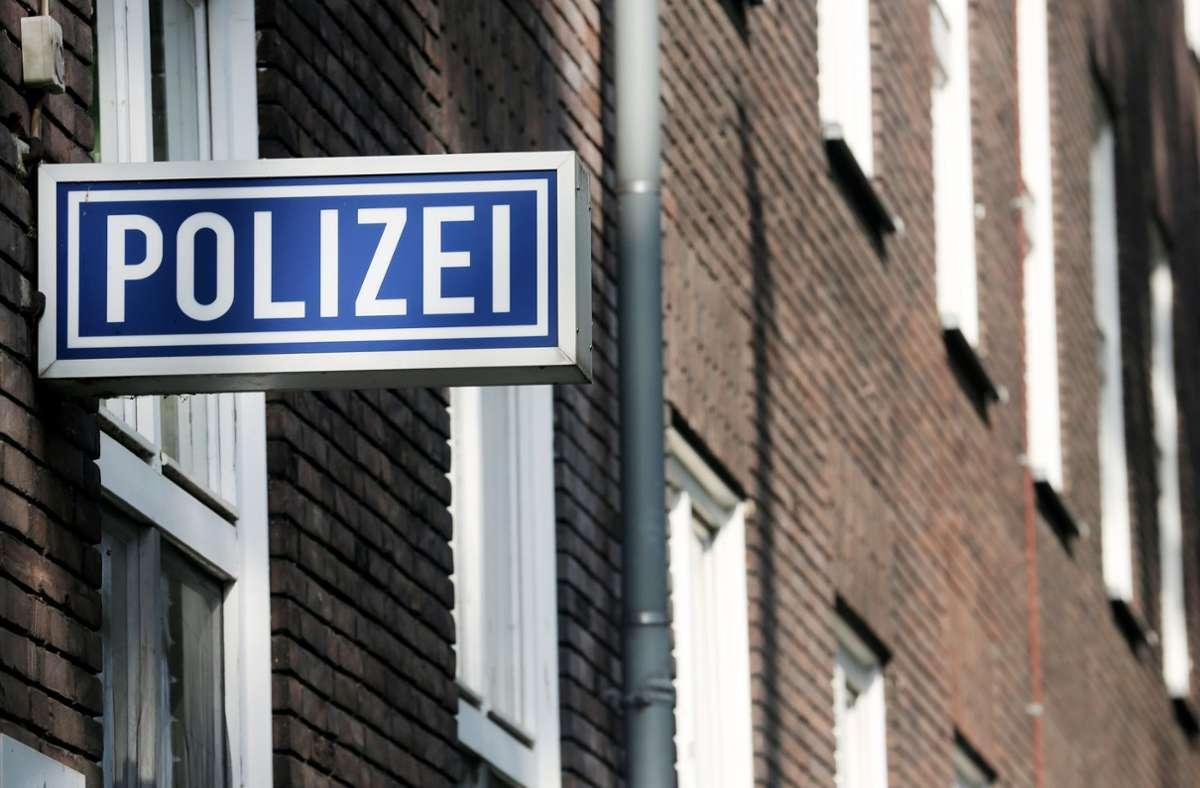 Polizisten konnten den Mann überwältigen. (Symbolbild) Foto: dpa/Roland Weihrauch
