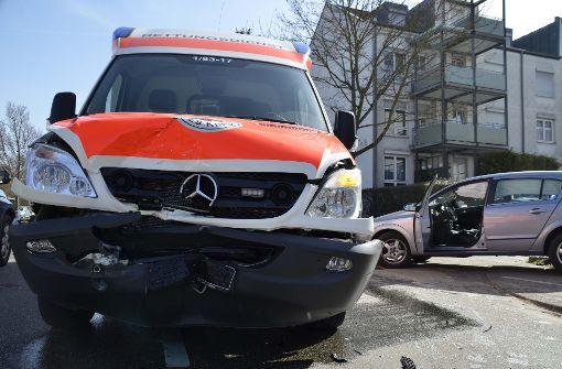 Zwei Verletzte bei Kollision mit Rettungswagen
