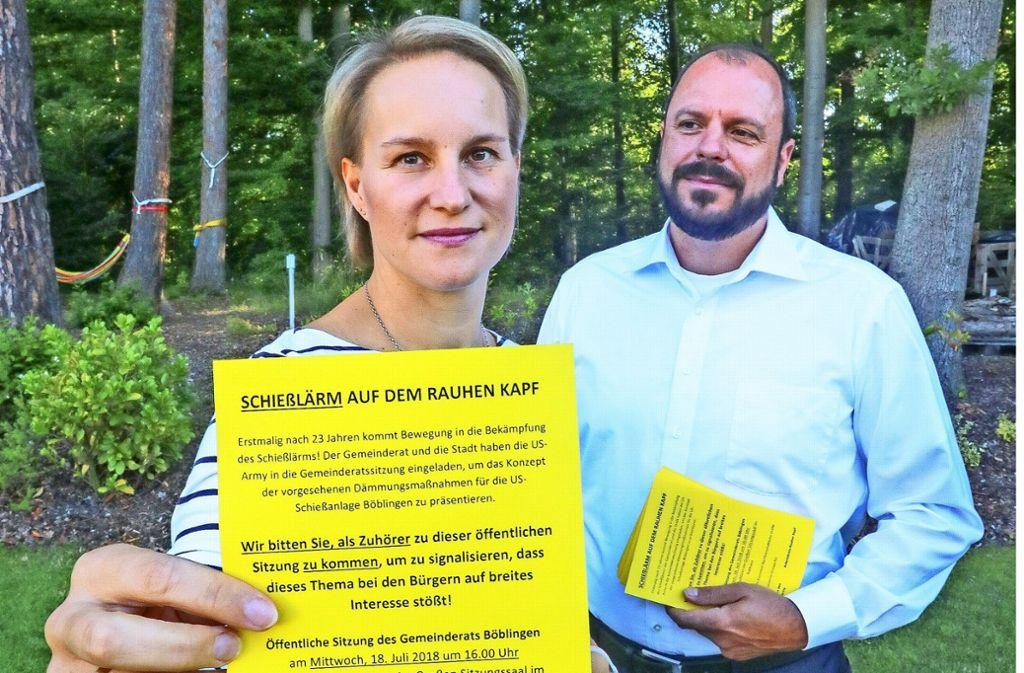 Lucienne und Philipp Graupe verteilen knallgelbe Einladungen. Foto: factum/Granville