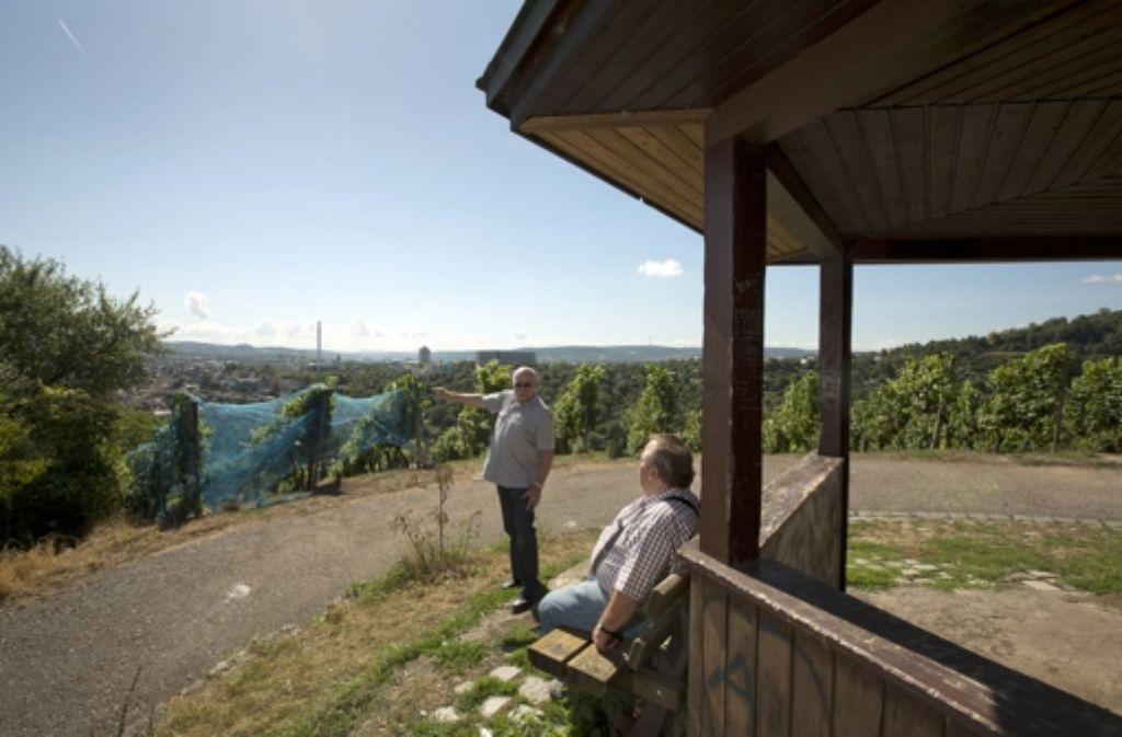 Den Ausblick ins Neckartal genießen Nagel (links) und Zondler immer wieder. Foto: Steinert