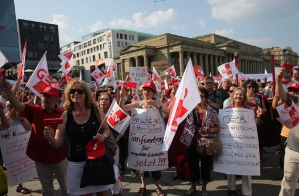Lehrer pfeifen auf dem Schlossplatz die Landesregierung aus. Foto: Achim Zweygarth