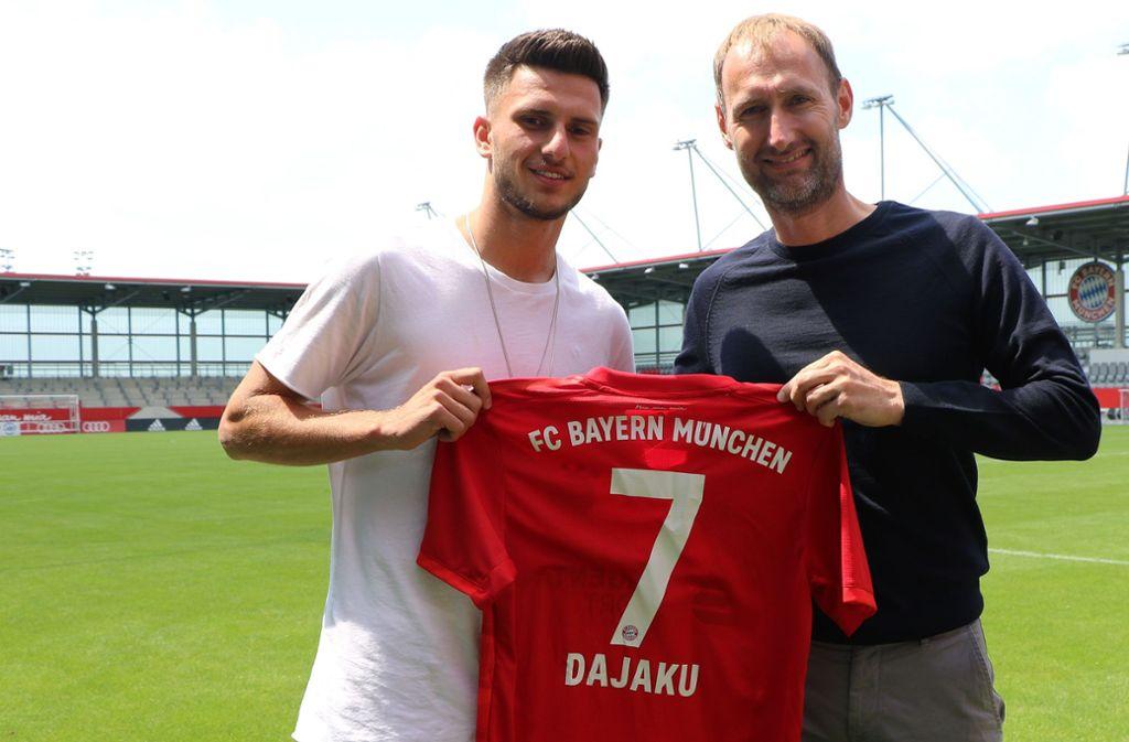 Der Fellbacher Leon Dajaku (links) mit Jochen Sauer, dem Leiter   der Nachwuchsabteilung  des FC Bayern München, bei der Vorstellung an neuer Wirkungsstätte. Foto: