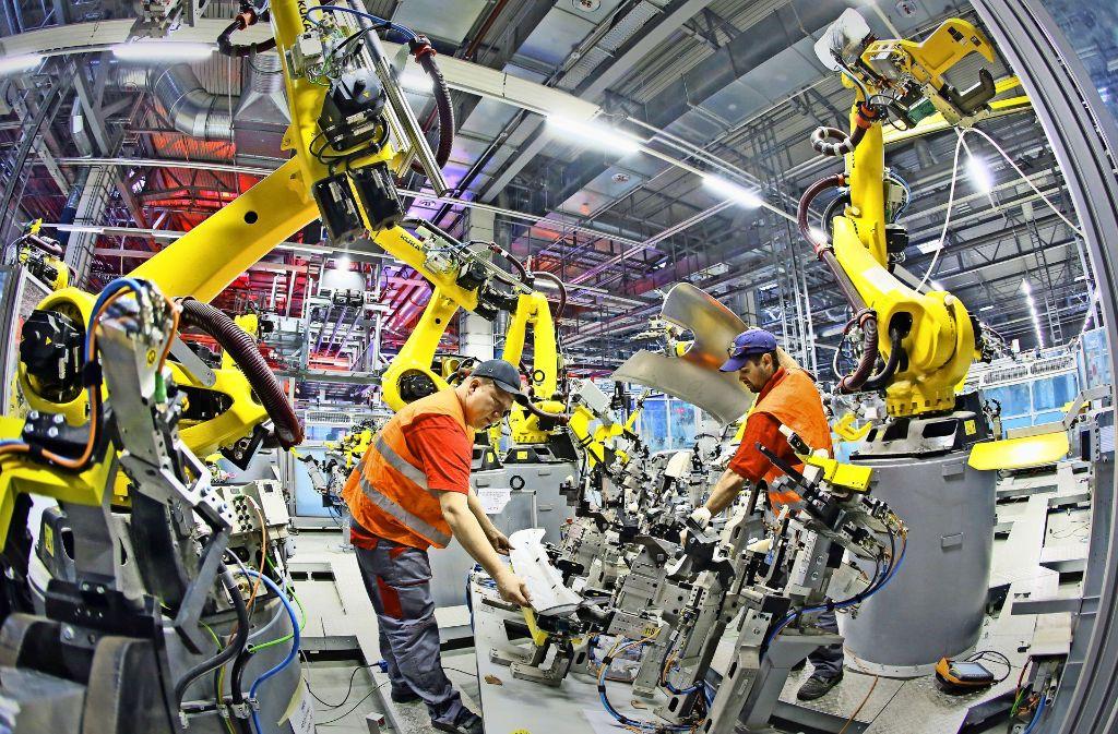 Ideale Verbindung: In der Industrie will man die Kraft und Ausdauer der Roboter nutzen, aber unter der Federführung des Menschen. Foto: dpa