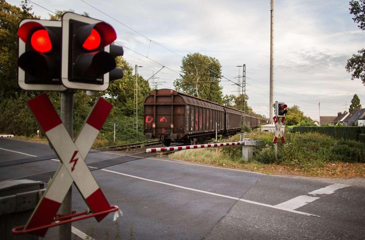 Beim Sprung vom Güterzug wurde eines der Mädchen verletzt. (Symbolfoto) Foto: dpa/Marcel Kusch