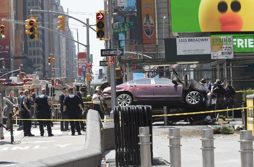 Auto rast in Menschenmenge - mindestens ein Toter
