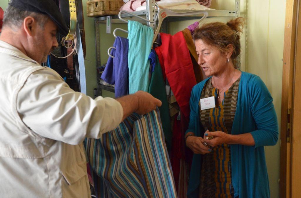 Das Donnerstags-Team der Kleiderkammer Heumaden: Therese Schliebitz und Ursula Otto bekommen tatkräftige Unterstützung von den beiden Syrern Khaled und Yusef (von links). Foto: Sandra Hintermayr