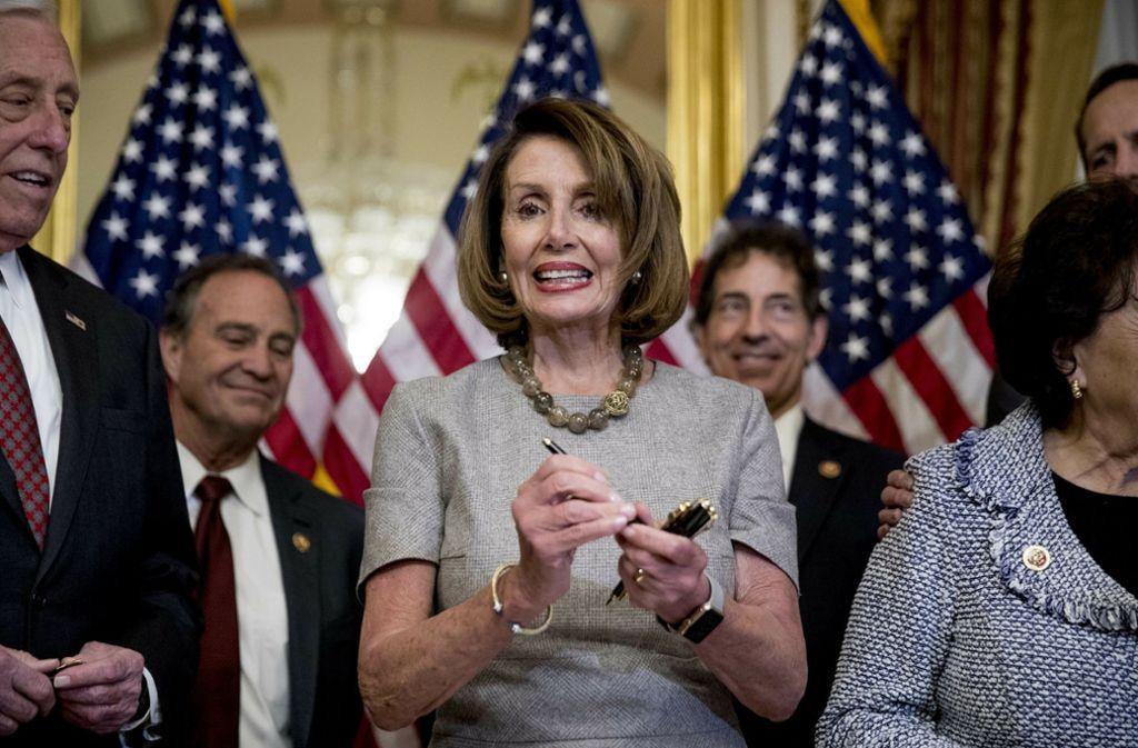 So sieht eine Siegerin aus: Nancy Pelosi, Sprecherin des US-Repräsentantenhaus, kurz vor der Unterschrift zur Wiedereröffnung des US-Regierungsapparats. Foto: AP