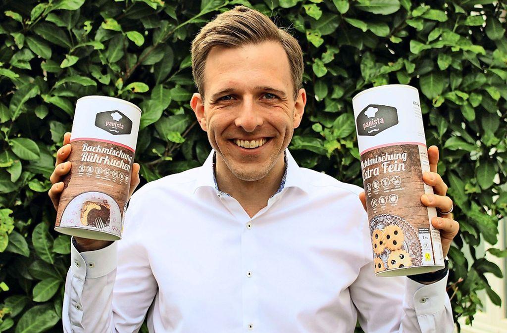 Daniel Vetterkind, Gründer von Panista, mit zwei der Backmischungen, die seine Firma anbietet Foto: Caroline Holowiecki