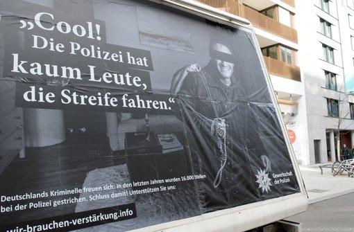 Die Gewerkschaft der Polizei will mit Plakaten auf die Situation der Beamtinnen und Beamten in Baden-Württemberg aufmerksam machen. Foto: dpa
