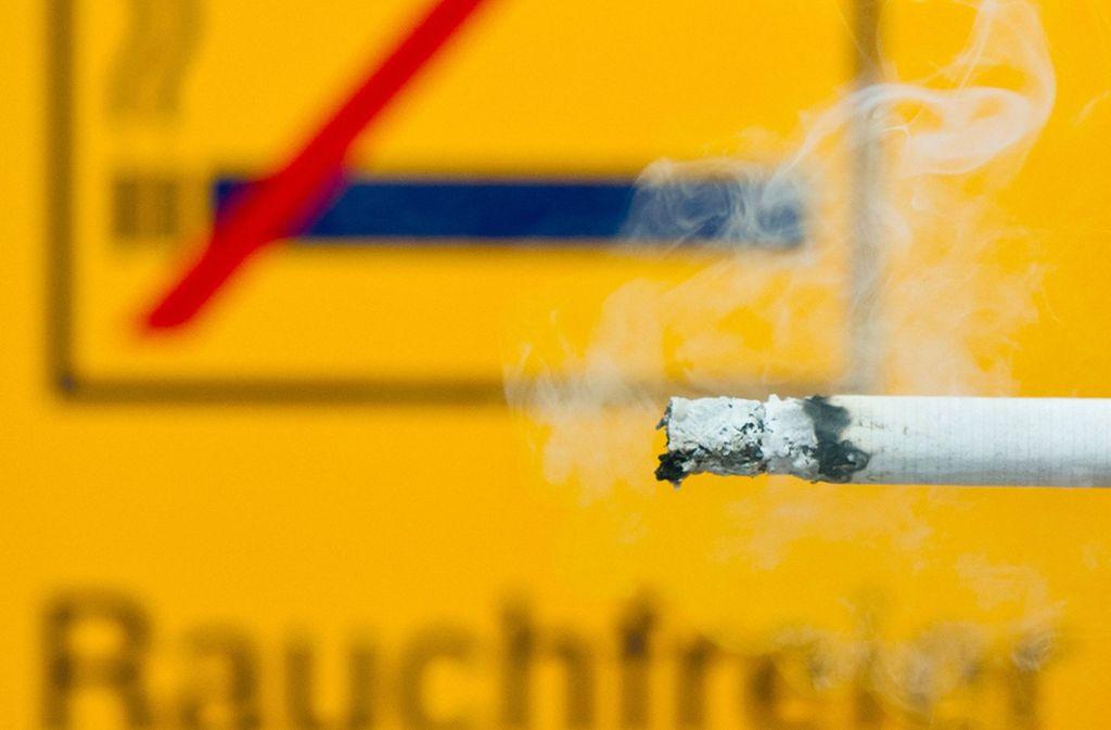 Weil eine 19-Jährige an der S-Bahn-Haltestelle Hauptbahnhof geraucht hat, ist sie mit einem 41-Jährigen in heftigen Streit geraten. (Symbolfoto) Foto: dpa