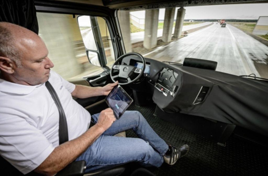 Der Autobauer Daimler darf erste Testfahrten mit selbstfahrenden Lkw starten. Foto: Daimler