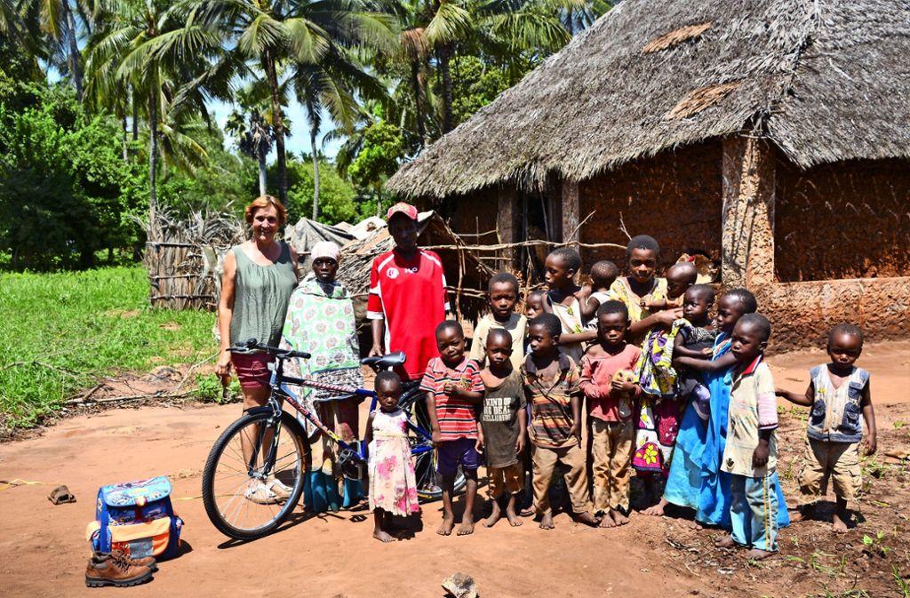 Mitten in Msambweni: Eva Köder-Schmid mit ihren Schützlingen in Kenia Foto: privat