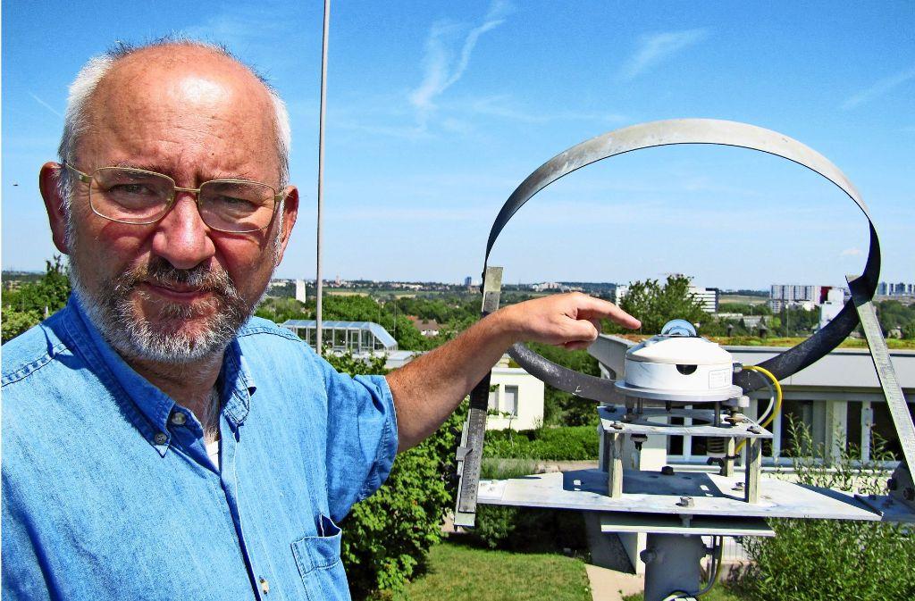 Uwe Schickedanz zeigt das Strahlungsmeßgerät. Foto: Claudia Barner