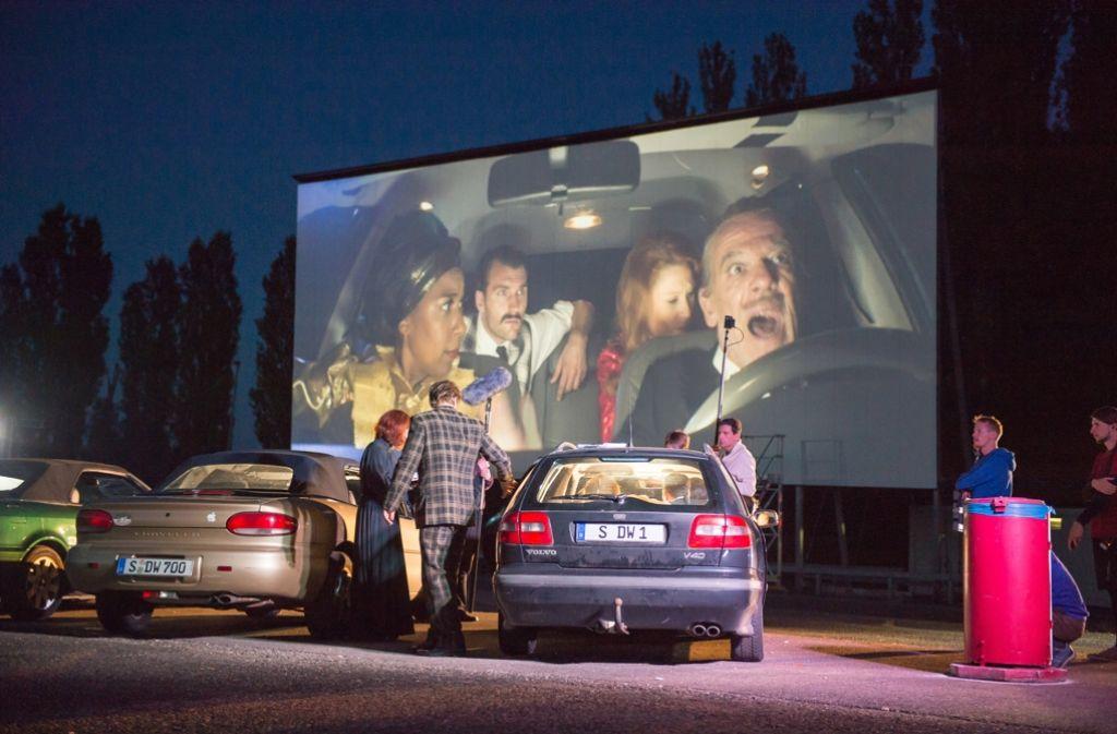 """René Pollesch führt im Kornwestheimer Autokino sein """"Stadion der Weltjugend"""" auf, ein live gespielter Film an einem Ort, an dem wir alle Amerikaner sind. Foto: dpa"""