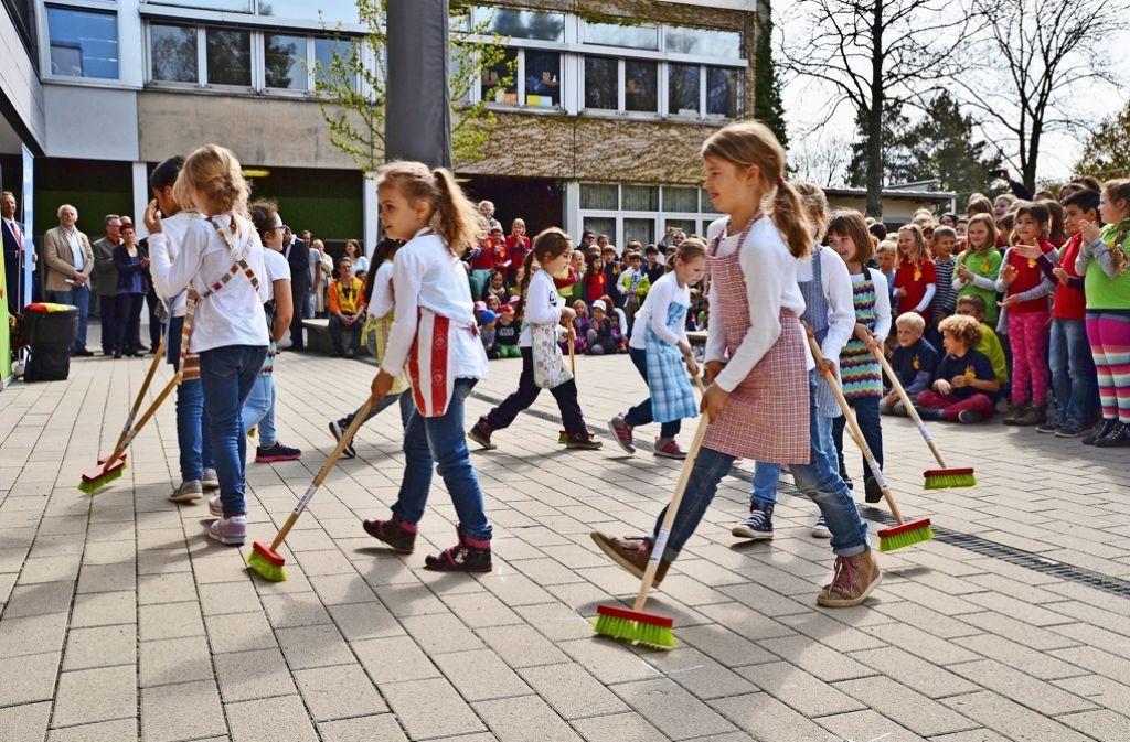 Putzen muss nicht automatisch ätzend sein, das zeigten Kinder der Grundschule Birkach. Foto: Fatma Tetik