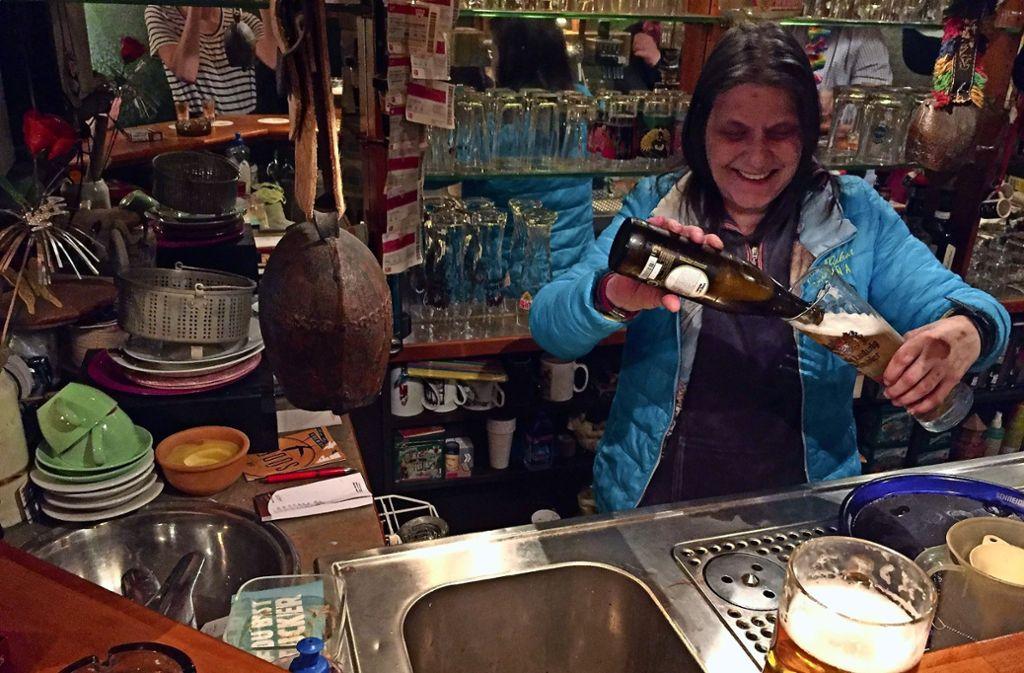 Bei Martina gibt es weder Aperol Sprizz noch Hugo – hier wird Bier und Schnaps ausgeschenkt. Foto: Ina Schäfer