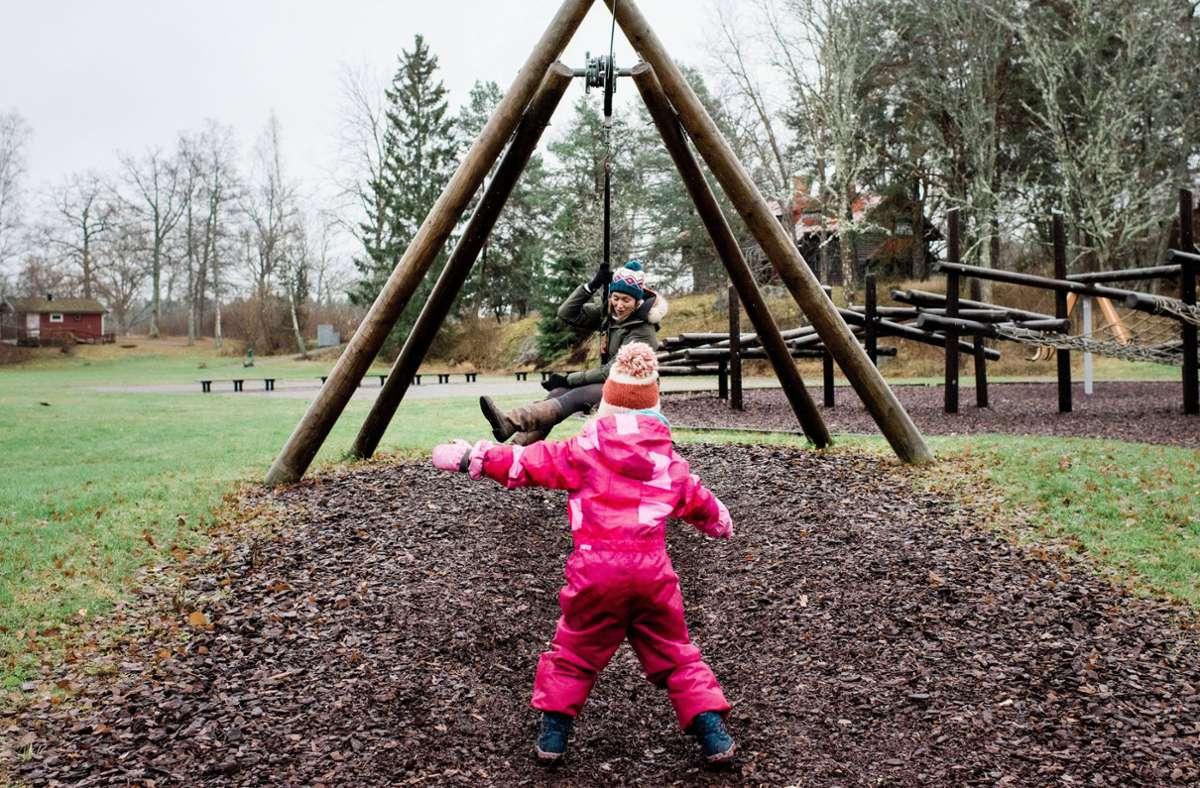 Mütter auf Spielplätzen. Das sieht nach Spaß aus, kann es auch sein, ist es aber eben nicht immer. Foto: imago images/Cavan Images/RACHEL ANNIE BELL