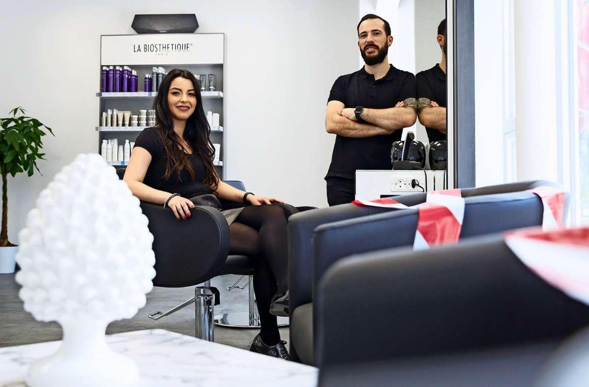 Luca Nicotra und Giusy Ragusa haben an der Osterbronnstraße ihren neuen Friseursalon trotz der aktuellen Corona-Situation eröffnet. Foto: Lichtgut/Julian Rettig