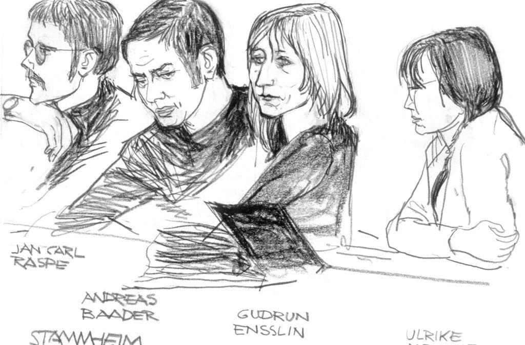 Die Bleistiftzeichnung eines Gerichtszeichners zeigt die Angeklagten (von links nach rechts) Jan-Carl Raspe, Andreas Baader, Gudrun Ensslin und Ulrike Meinhof im Gerichtssaal bei der JVA Stammheim im Jahr 1975. Foto: picture-alliance/dpa