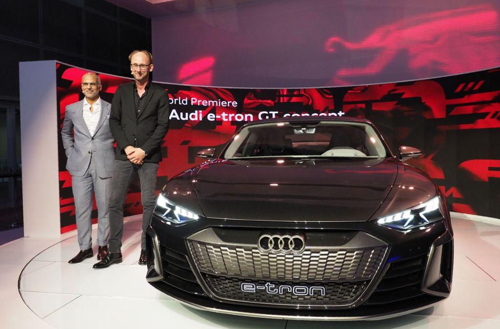 Mark del Rosso, Amerika-Chef von Audi, und Chefdesigner Marc Lichte (von links) präsentierten in Los Angeles den Elektro-Supersportwagen Audi e-tron GT, der in zwei Jahren auf den Markt kommen soll. Foto: AFP
