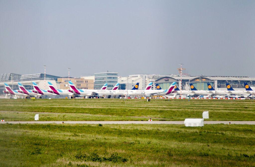 Die Luftfahrtbranche ist am Boden, seit das Coronavirus grassiert. Auch  auf dem Manfred-Rommel-Flughafen warten viele Flugzeuge auf bessere Tage. Foto: Flughafen Stuttgart GmbH