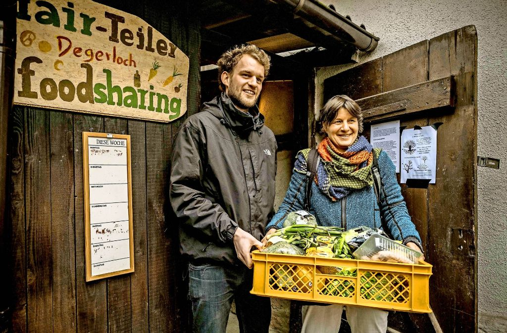 Annette Jickeli und Maximilian Kraft befüllen die  Lebensmittelverteilerstation wie diese hier in Degerloch Foto: Lichtgut/Leif Piechowski