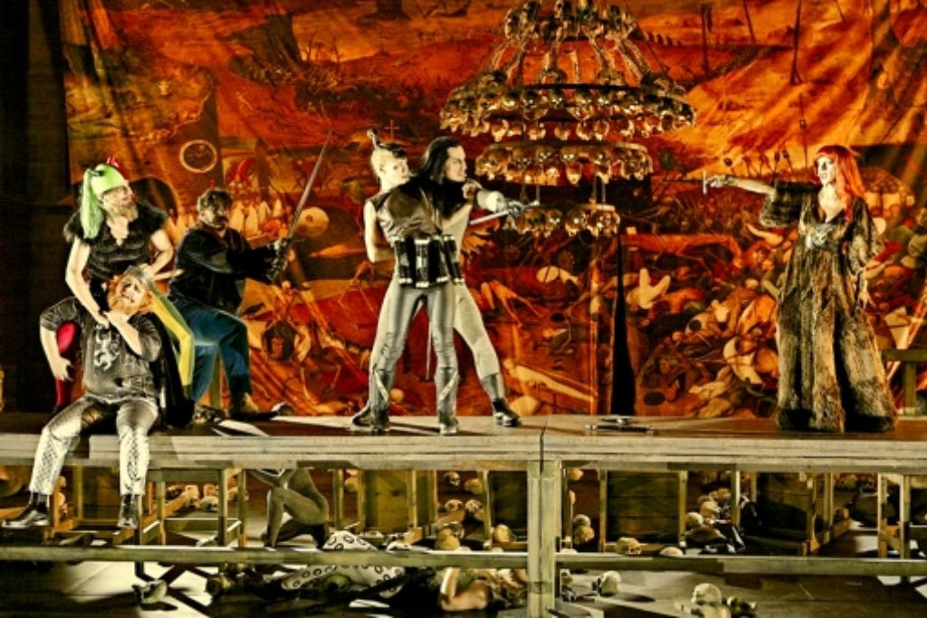 Recken, Schwerter  und das Tableau der Tragödie: rechts die Kriemhild der Judith Rosmair beim  Duell mit dem Hagen des Max Urlacher, der den Ortlieb der Alina Levshin als Geisel genommen hat.  Und weil Rache nichts als Rache gebiert, will links der Narr des Maik Solbach auch dem König  Gunter des Holger Kunkel an die Gurgel gehen. Foto: Festspiele
