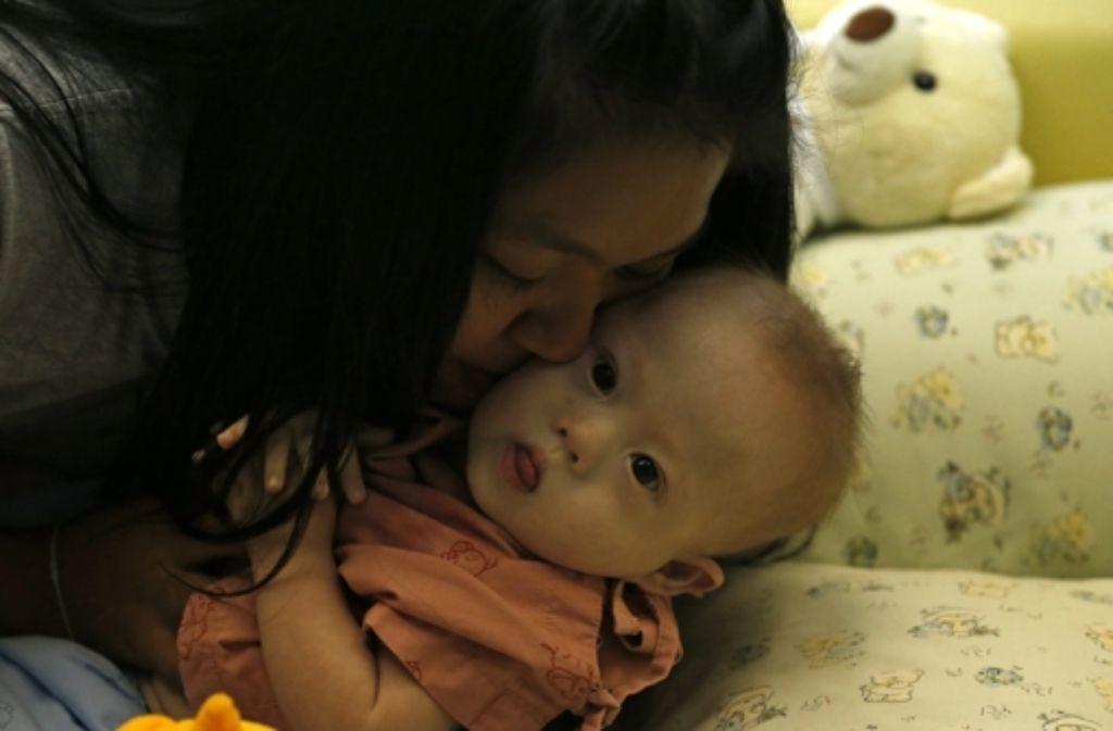 Der kleine Gammy mit seiner Leihmutter Foto: dpa