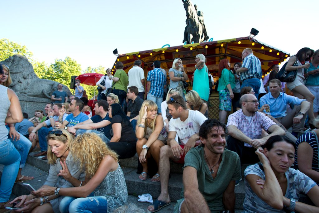 Auf dem Karlsplatz sind Sitzplätze heiß begehrt: Impressionen vom Hamburger Fischmarkt in Stuttgart. Foto: Benjamin Beytekin