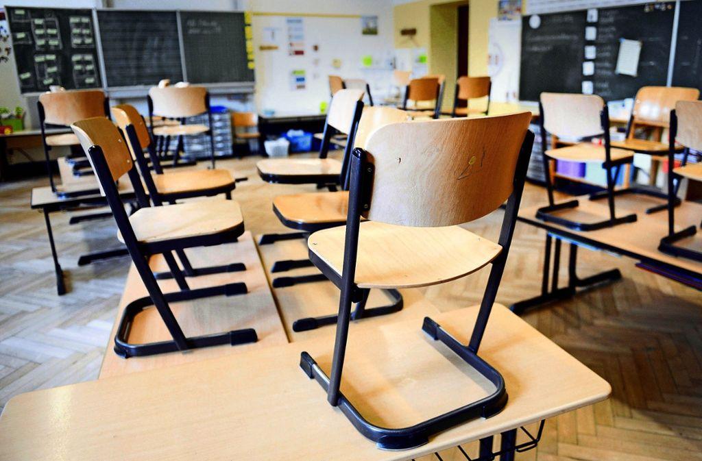 Zu oft wird in den Klassenzimmern aufgestuhlt, weil für den Unterricht kein Lehrer da ist. Foto: dpa