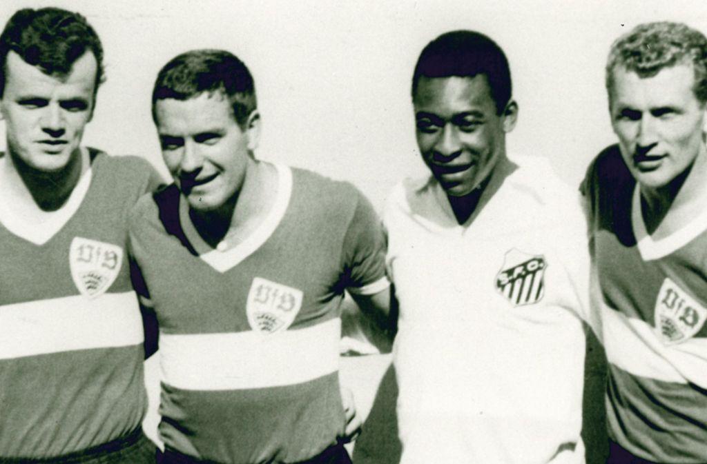 Gerhard Wanner (Zweiter von links) nach einem Freundschaftsspiel mit dem VfB im Juni 1963 gegen den FC Santos mit dem Star Pelé (Zweiter von rechts). Foto: VfB