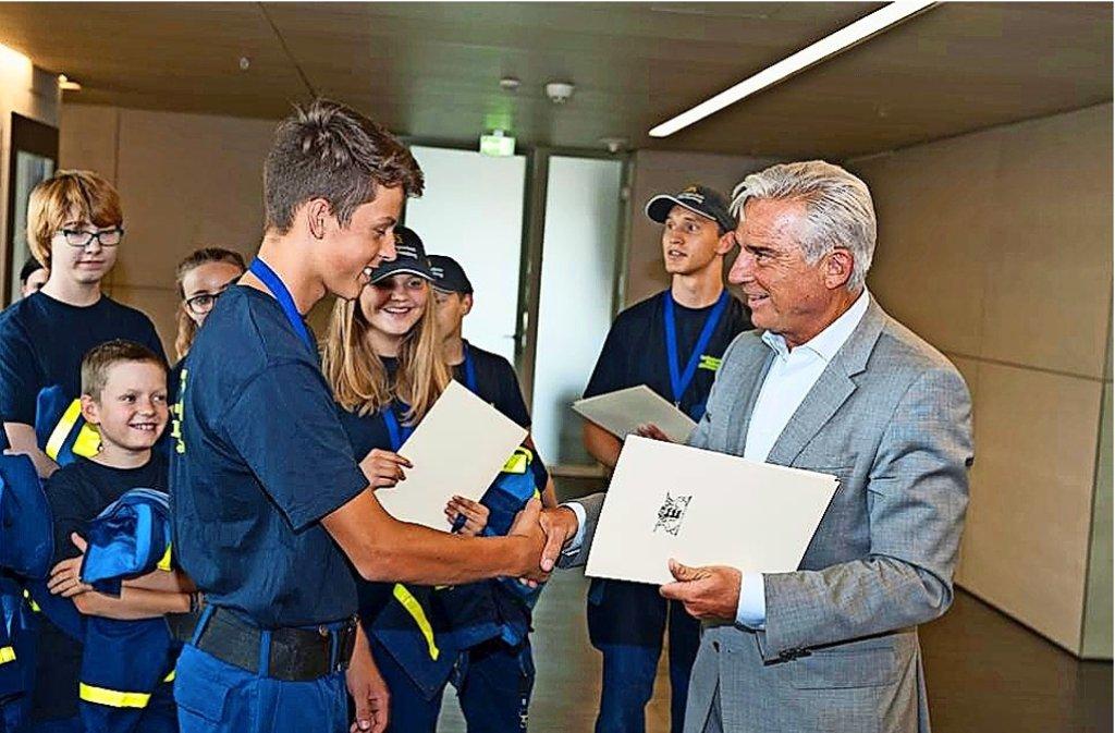 Innenminister Strobl überreicht den Jugendlichen eine Urkunde. Foto: privat