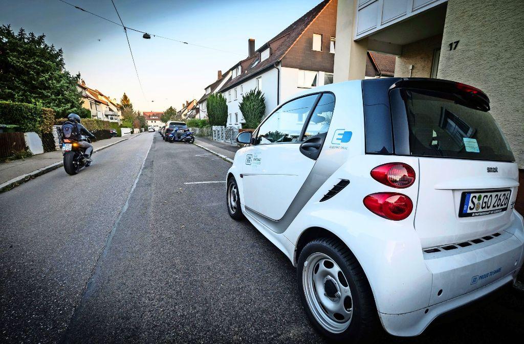 Ein Car2Go-Smart ist in einer Straße abgestellt. Er wird aber vor allem in der Innenstadt gebraucht. Foto: Lichtgut/Achim Zweygarth