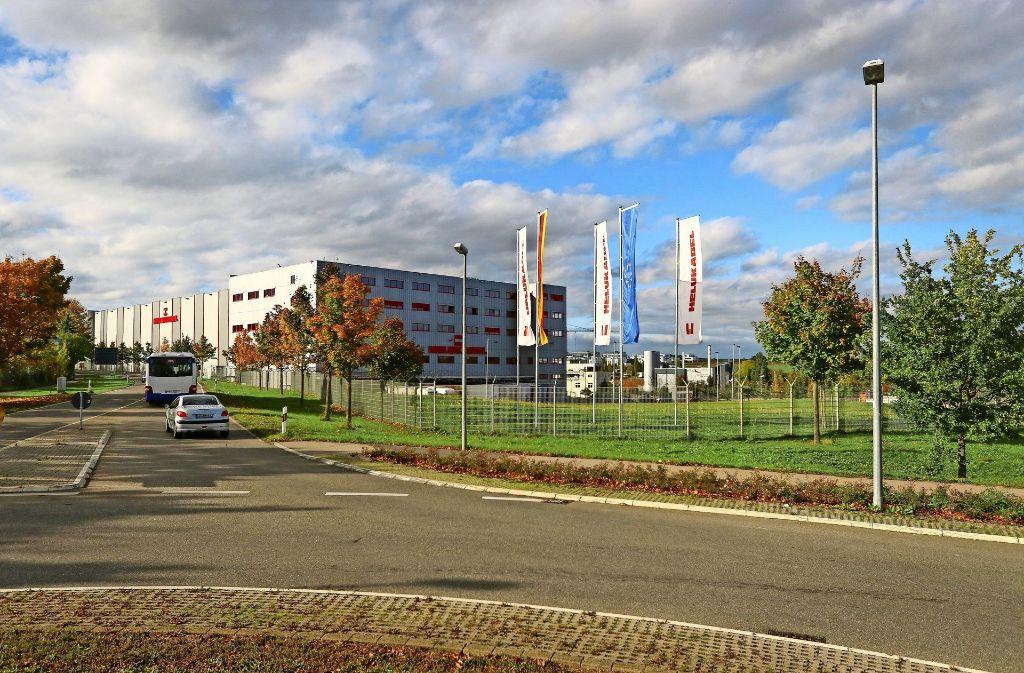 Bisher ist die Fläche vor dem Hochregallager noch grün. Dort soll das neue Verwaltungsgebäude von Helukabel entstehen. Foto: factum/Granville