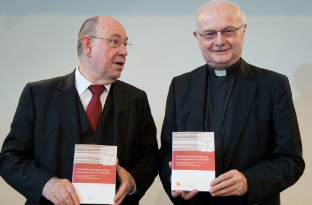 Der EKD-Ratsvorsitzende Nikolaus Schneider (links) und der Vorsitzende der katholischen Bischofskonferenz, Robert Zollitsch, haben das Foto: dpa