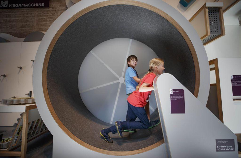 Das große Laufrad gehört zu den beliebtesten Stationen. Insgesamt stehen in der Forscherfabrik 50 Experimente, die vor allem für kleine Wissenschaftler zwischen 4 und 12 jahren konzipiert sind. Foto: Gottfried Stoppel