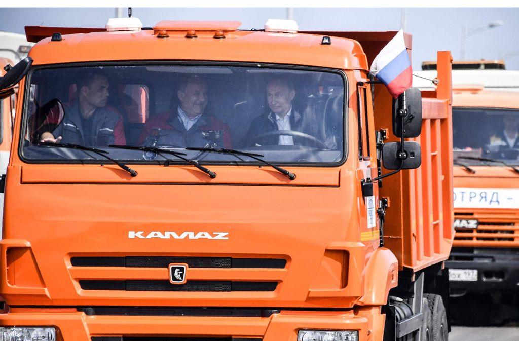 Wladimir Putin eröffnet die neue Brücke, die die Krim mit dem russischen Festland verbindet. Foto: AFP