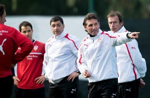 Tamász Hajnal (hinten, links) hört weiter auf die Kommandos von Bruno Labbadia. Foto: dpa