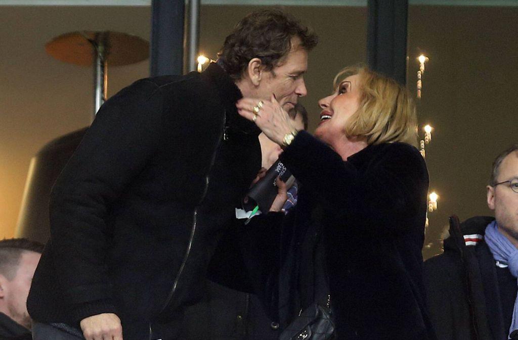 Bussi von der Ex-Präsidentengattin: Margit Mayer-Vorfelder begrüßt Jens Lehmann auf der VIP-Tribüne des Stadions. Foto: Imago/Sportfoto Rudel