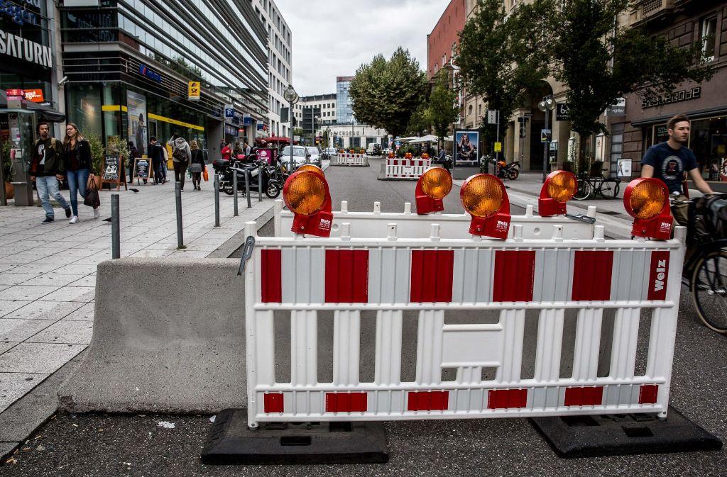 An der Optik der mit Baustellenabschrankungen verkleideten Bettonbarrieren in der Bolzstraße in Stuttgart stören sich Anlieger und Passanten. Foto: Lichtgut/Leif Piechowski