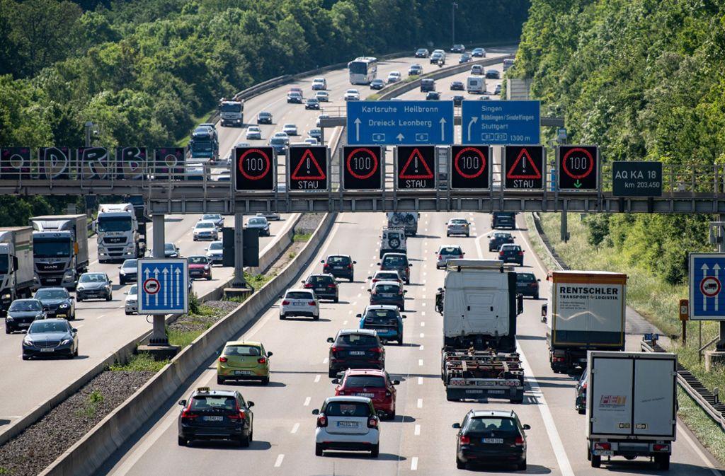 Die A8 bei Stuttgart ist stark befahren, auch von ausländischen Fernfahrern. (Symbolbild). Foto: dpa/Fabian Sommer
