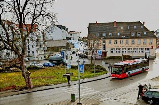 Der  großzügige Bereich an der Ecke Mühlstraße/Maichinger Straße soll neu genutzt werden. Auf dem Eckgrundstück ist ein Wohn- und Geschäftsgebäude geplant. Foto: factum/Granville
