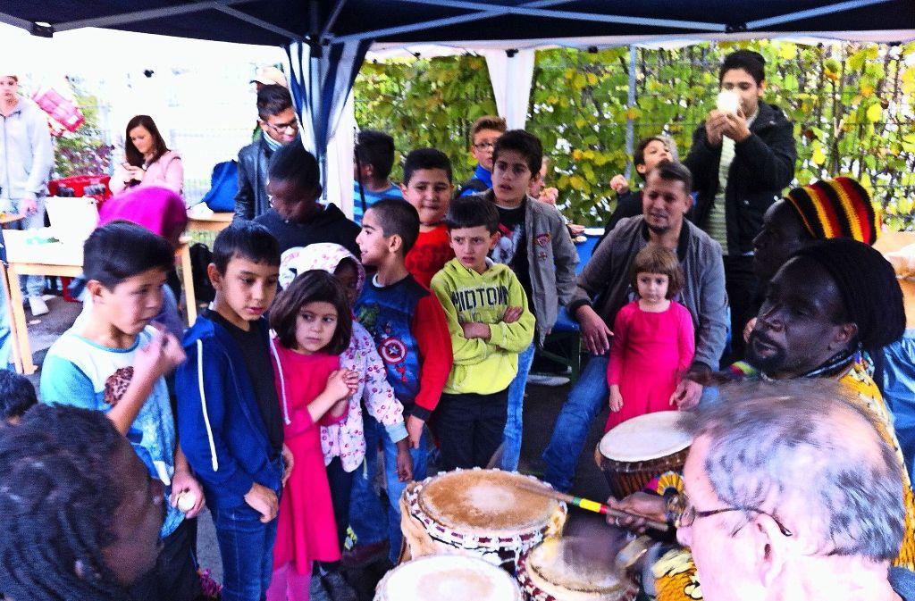 Die Trommeltöne haben nicht nur die Kinder fasziniert. Foto: Torsten Ströbele