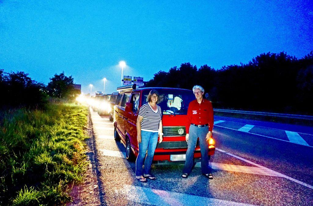 Das Ehepaar Seidenspinner fährt stets an der Spitze des rot-blauen Bullikonvois. Foto: