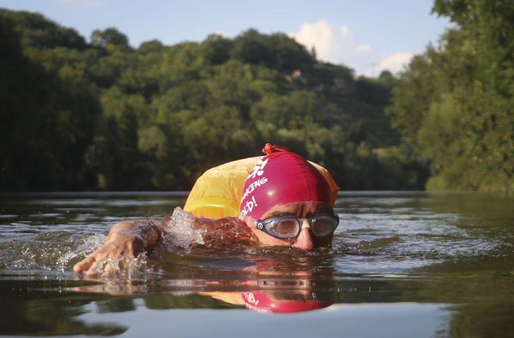Günter Eckert in seinem Element: dieser Mann schwimmt zu jeder Jahreszeit im Neckar. Foto: factum/Granville