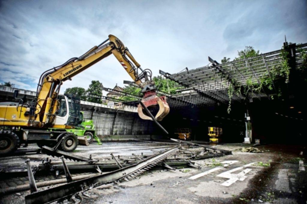 Ein Anlass für die Sperrung waren Abbrucharbeiten am Schallschutzdach des Leuzetunnelportals. Foto: Lichtgut/Max Kovalenko
