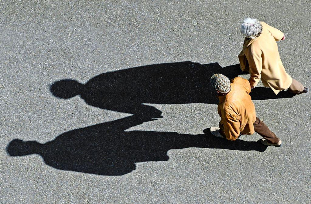 Rentner-Ehepaar beim Spaziergang: viel üppiger werden die meisten Ruhestandsbezüge in Zukunft nicht ausfallen. Foto: epd/Michael Dietrich
