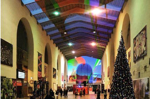 Farbenfroh   erstrahlt der  Stuttgarter  Hauptbahnhof