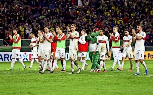 Mit bestem Dank an die Fans: die VfB-Mannschaft gibt sich viel Mühe, um Nähe zum Publikum herzustellen. Foto: Baumann
